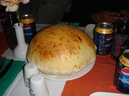 Roti besar yang kami makan sebagai santapantambahan.