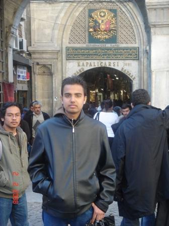 Kesh di depan salah satu pintu masuk ke Grand Bazaar.Arif macam tersepit ditepi.Hehe.