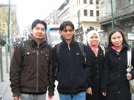 Aku,Faiq,Iryani dan Norleen.Ambil gambar sebelum naik tram.Tram tak nampaksangat.