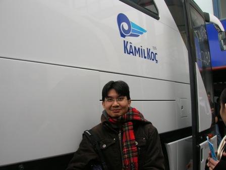 Tersenyum bangga tepi bas 'Kamilkoc'=)