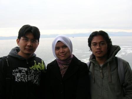 Aku,Iryani dan Arif atas kapal dalam perjalanan keBursa.